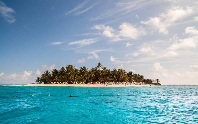 A ilha de Johnny Cay fica a nordeste da ilha de San Andrés, e é uma estrela dentre os turistas por suas águas calmas e praias intocadas. Foto: shutterstock