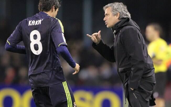 Kaká conversa com o técnico José Mourinho  durante a partida. Brasileiro entrou no jogo pelo  Real Madrid durante o segundo tempo