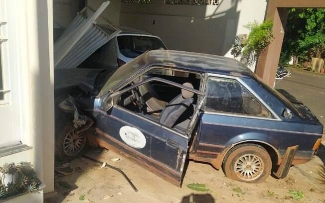 Carro dirigido por adolescentes invade e derruba portão de casa em Americana