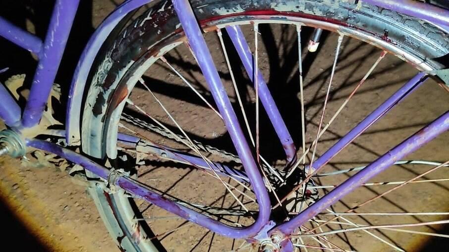 Bicicleta da vítima com manchas de sangue