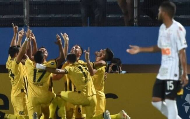 Jogadores do Guaraní celebram o gol da vitória contra o Corinthians