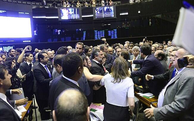 Parlamentares batem boca antes de sessão sobre impeachment de Dilma