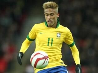 Neymar já usou cabelo e barba combinado com a camisa amarelinha da seleção