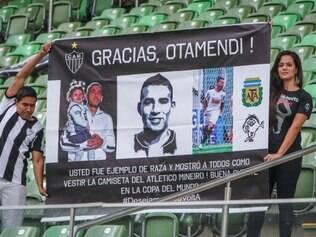 Nicolas Otamendi recebe o carinho de grande parte da torcida do Atlético