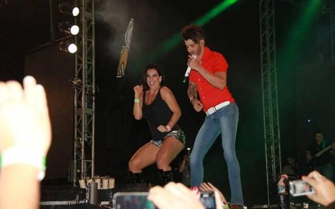 Scheila Carvalho dança no palco com Gusttavo Lima