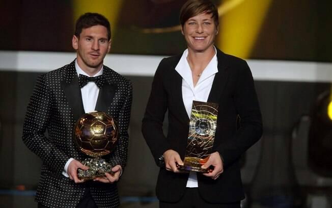 O argentino Lionel Messi e a americana Abby  Wambach posam com seus prêmios de melhor do mundo,  após a festa desta segunda-feira, em Zurique