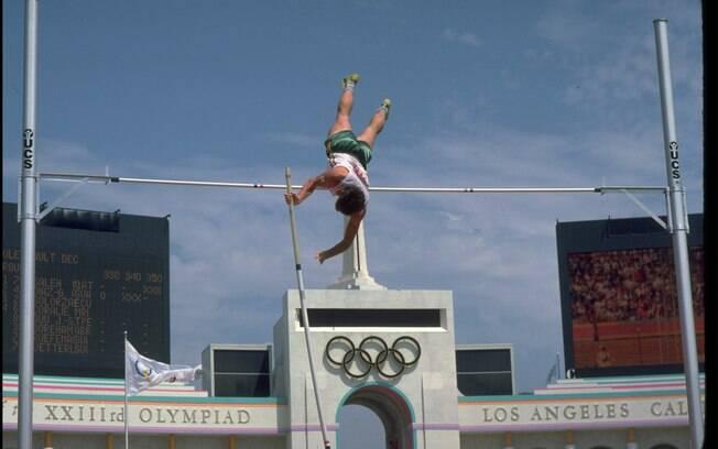 O australiano Peter Hadfield compete no salto com vara