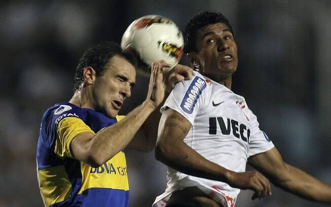 Paulinho divide bola pelo alto com o lateral  Somoza