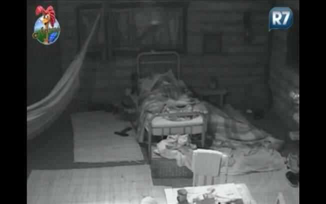 Dinei dorme no chão na casa da Roça