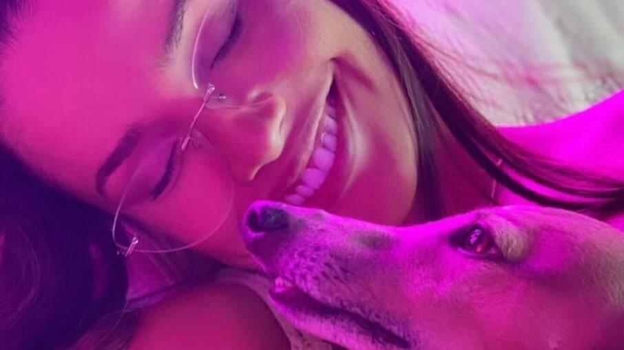 Juliette postou foto com cachorro da cantora Anitta
