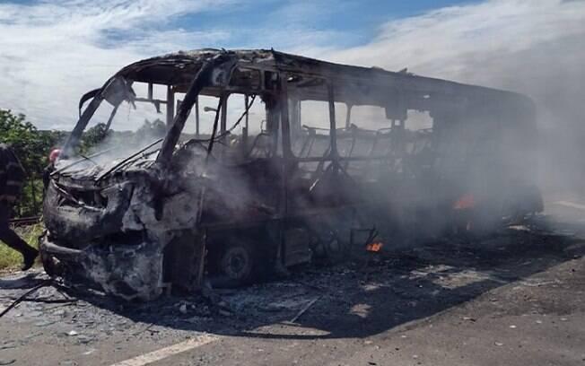 Micro-nibus pega fogo em Nova Odessa