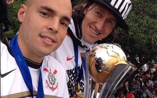 Com Julio Cesar, Cássio exibe a taça do  Mundial