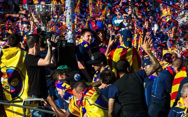 Campeões espanhois desfilam nas ruas de  Barcelona e fazem a festa com os torcedores