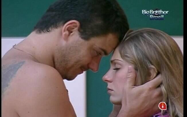 Rafa traiu a antiga namorada com Renata