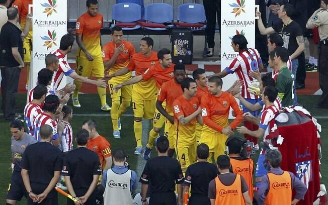 Atletas do Barcelona foram cumprimentados por  jogadores do Atlético de Madrid antes do jogo