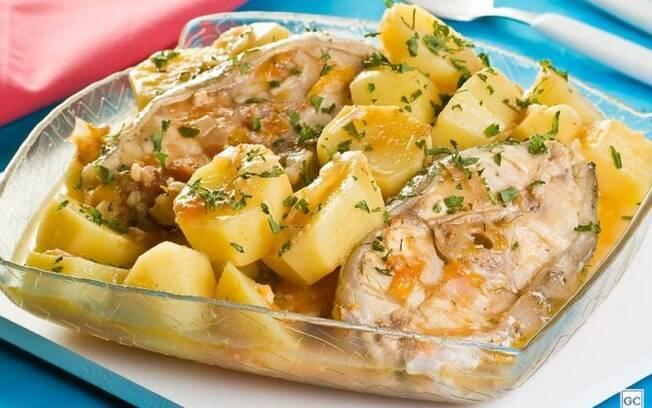 Posta de peixe com batata para refeições rápidas e deliciosas