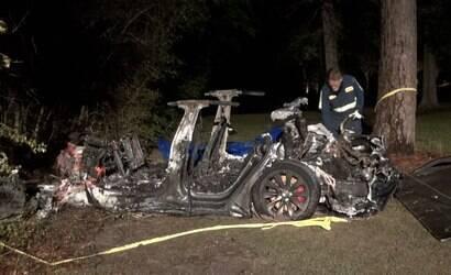 Carro da Tesla bate em árvore e deixa dois mortos