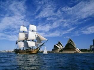 Navio se posiciona em frente à Opera House, em Sidney
