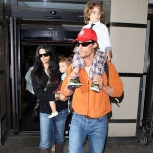Matthew McConaughey e Camila Alves com os filhos Vida e Levi