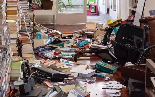 Livros são vistos jogados ao chão em casa de Leopoldo López, após suposta invasão em sua residência