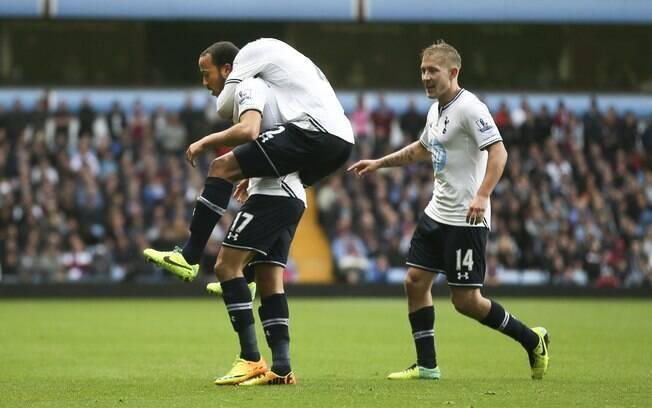 Jogadores do Tottenham comemoram com Townsend gol sobre o Aston Villa