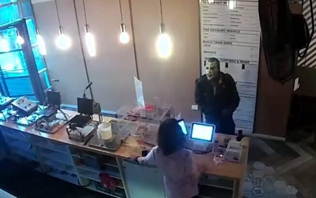 Câmeras de segurança flagraram a entrada do homem vestido de Coringa no estabelecimento em Toronto