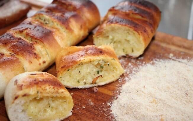 Pão de alho e farofa, por exemplo, são acompanhamentos que não podem faltar no churrasco