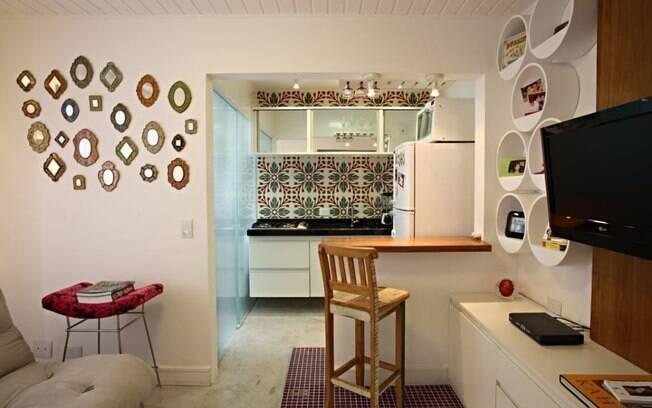 Para driblar a metragem enxuta, integramos cozinha e living, o que favoreceu a sensação de amplitude
