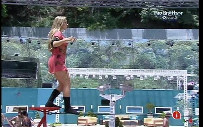 Renata consegue passar bem pela corda bamba