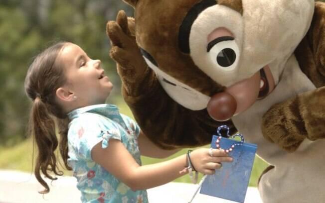 Personagens como Tico e Teco circulam pelos parques