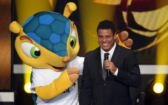 membro do COl da Copa de 2014, Ronaldo posa  com o mascote Fuleco