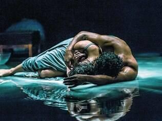 """Em cena. Vertida por luminárias que """"choram"""" sobre o cenário, água é metáfora da depressão de Sandra, mulher do artista Nuno Ramos"""
