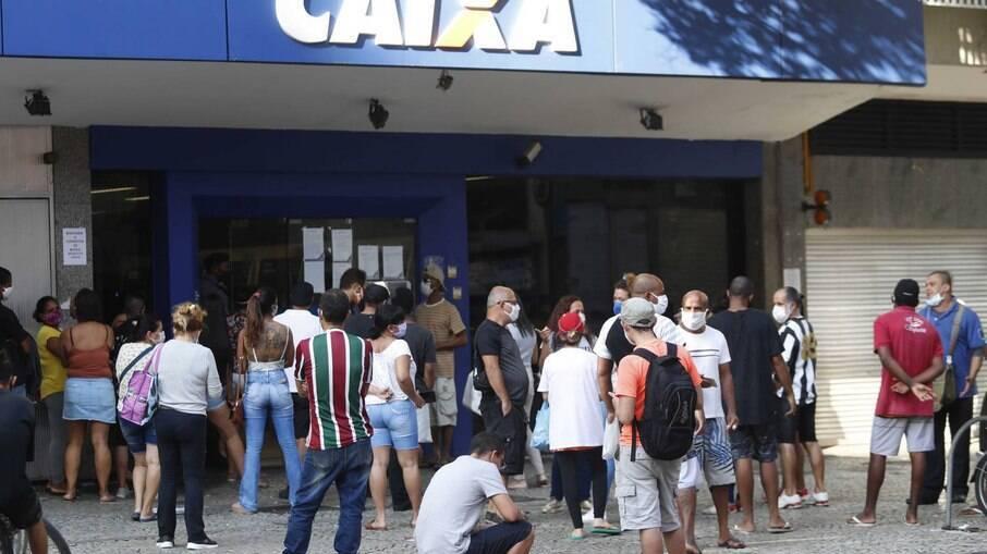 Renda do brasileiro deve cair R$ 157 bilhões em 2021, mesmo após volta do auxílio