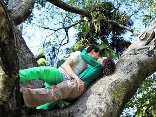 Beijar. Uma das coleções de gestos da coreógrafa inclui muitos beijos dados ao longo do trajeto, interagindo com o espaço do parque
