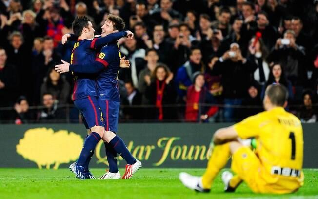 Messi ganha abraço de Villa depois de marcar  gol para o Barcelona no Espanhol
