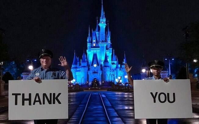 Os seguranças do Magic Kingdom continuam hasteando a bandeira dos EUA no parque
