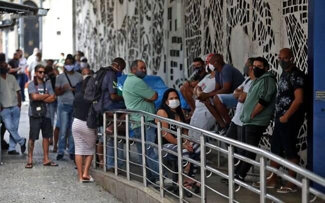 Filas para saques do auxílio emergencial foram vistas em todo Brasil