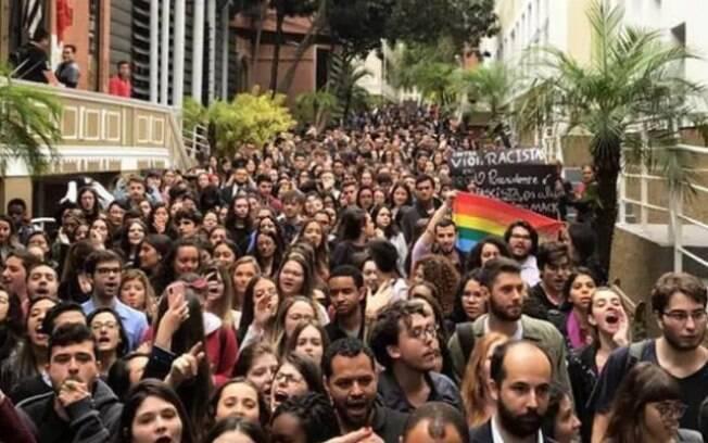 Alunos fazem protesto contra o estudante do Mackenzie que fez vídeo racista e pedem posicionamento da instituição