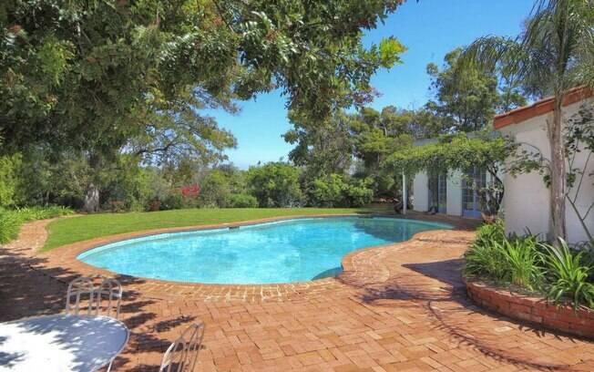 Renovada e expandida diversas vezes, a casa ainda possui vários detalhes originais, como a piscina e o chão de tijolos