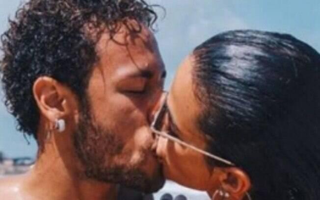Neymar e Bruna Marquezine se beijam em Noronha