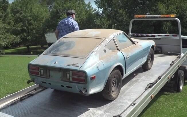 Datsun 280Z é levado por plataforma até a oficina depois de ter sido encontrado abandonado por décadas em garagem dos Estados Unidos