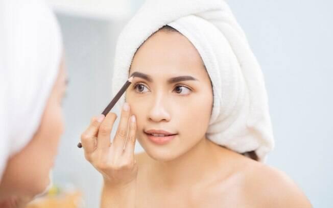 Segundo especialista, usar maquiagem pode ser uma ótima forma de cobrir as falhas das sobrancelhas e deixá-las natural