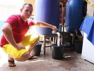Pedro criou um sistema caseiro de reaproveitamento da água da máquina de lavar e economiza 400 litros de água a cada duas lavagens de roupa