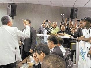 Durante a votação, o líder de governo, Eliseu Xavier (PTB), discutiu com alguns manifestantes