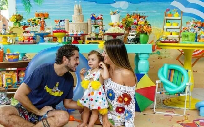 Rocco faz aniversário em fevereiro e Rafa Brites aproveitou o clima quente para fazer a própria festa na praia para o filho