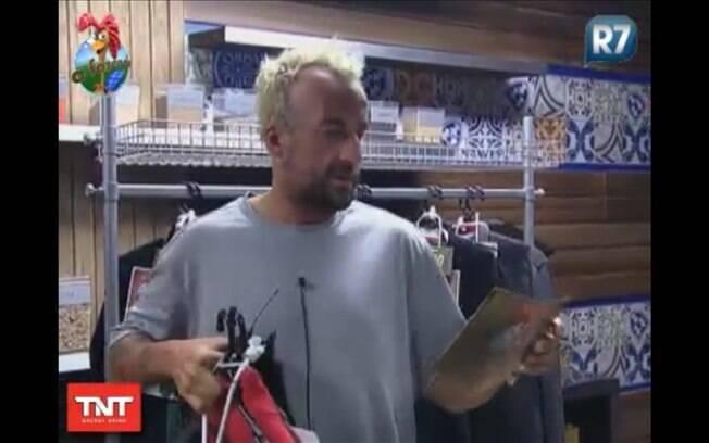 Gui Pádua recolhe sua roupa e lê os avisos da produção
