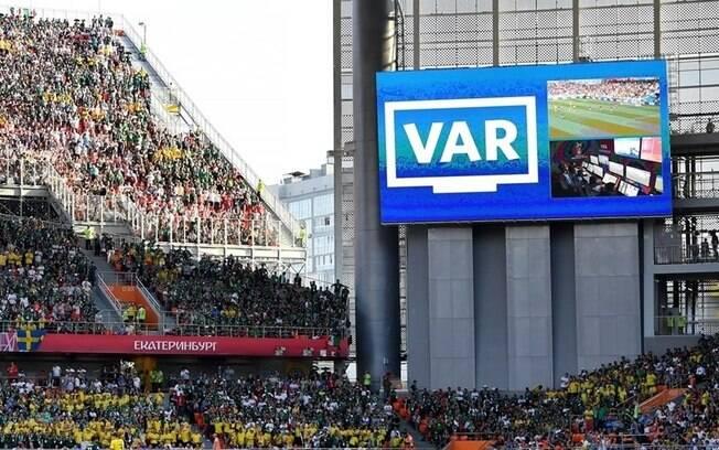 Lances analisados pelo VAR podem aparecer nos telões dos estádios no Brasil