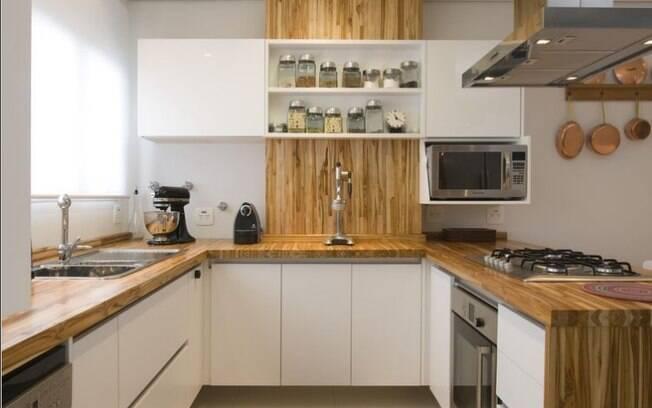 Partes dos móveis com textura de madeira rústica dão um efeito especial na decoração de cozinha branca