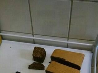 Maconha e crack estavam embaladas em tabletes