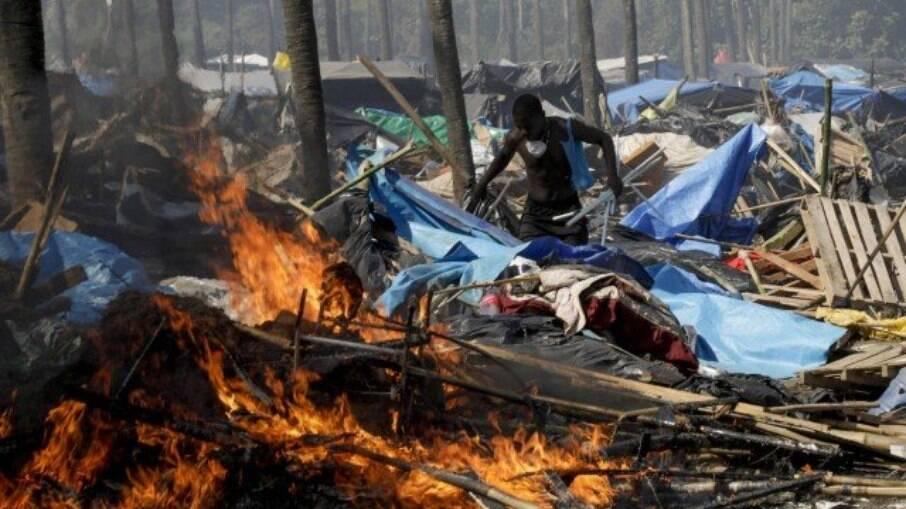 Barracos incendiados no acampamento em Itaguaí, Rio de Janeiro